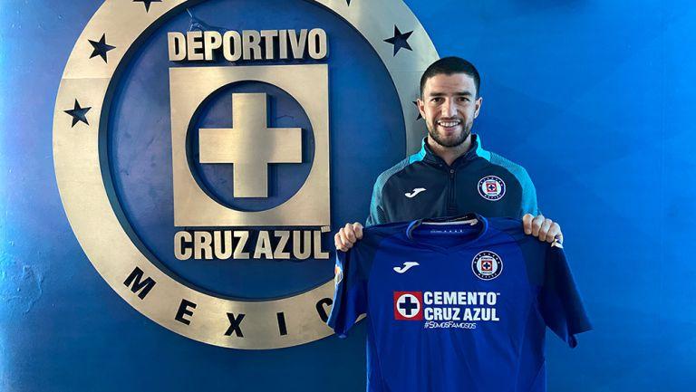 Rivero muestra con orgullo la playera del Cruz Azul