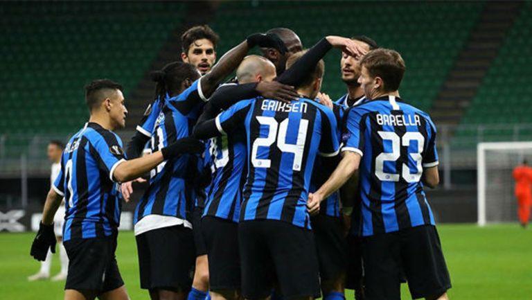 Jugadores del Inter celebran un gol en Europa League
