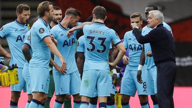 Mourinho les da indicaciones a sus jugadores en Premier