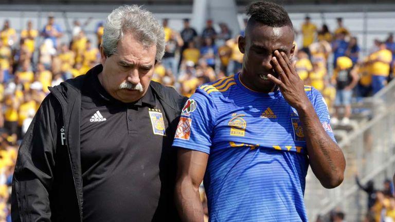 Julián Quiñones, se lamenta tras una lesión