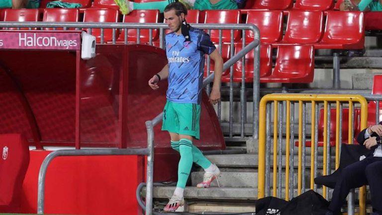 Gareth Bale sale del campo al descanso