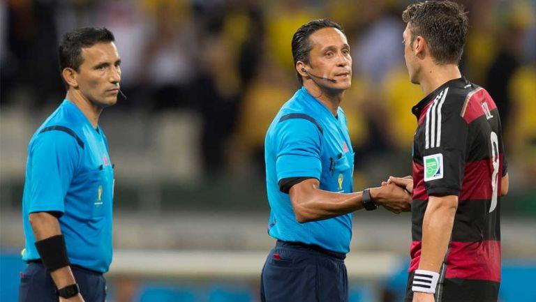 Marcos Quintero saluda a un jugador
