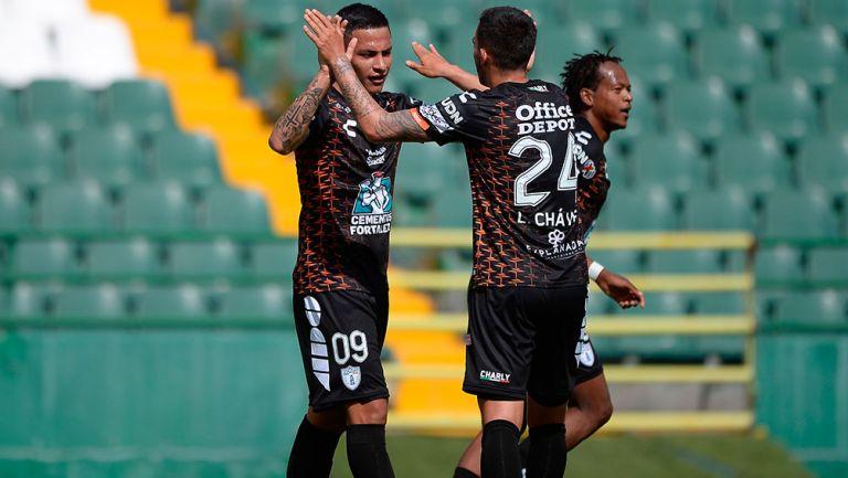 Roberto de la Rosa festeja el gol con sus compañeros