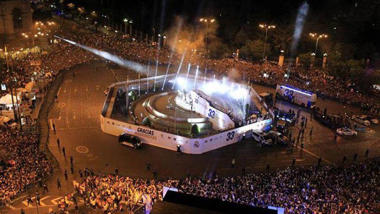 Afición Del Real Madrid festeja un título merengue en la Cibeles