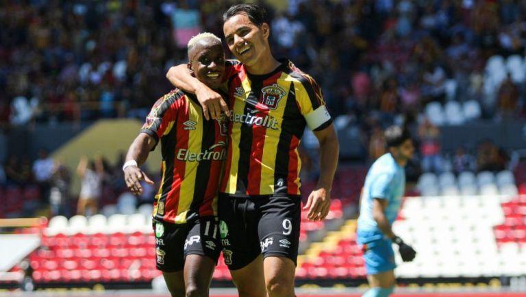 Omar Bravo celebra un gol con Leones Negros