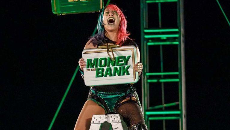 Asuka levanta maletín de 'Money in the bank'