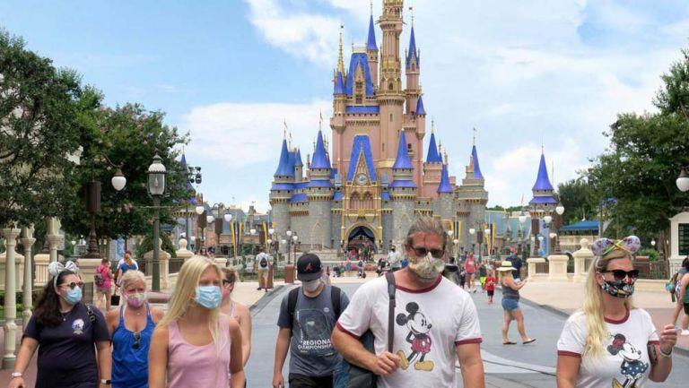Visitantes del parque usan mascarilla para protegerse del Coronavirus
