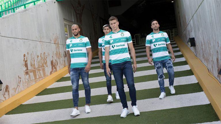 Jugadores de Santos con el nuevo uniforme
