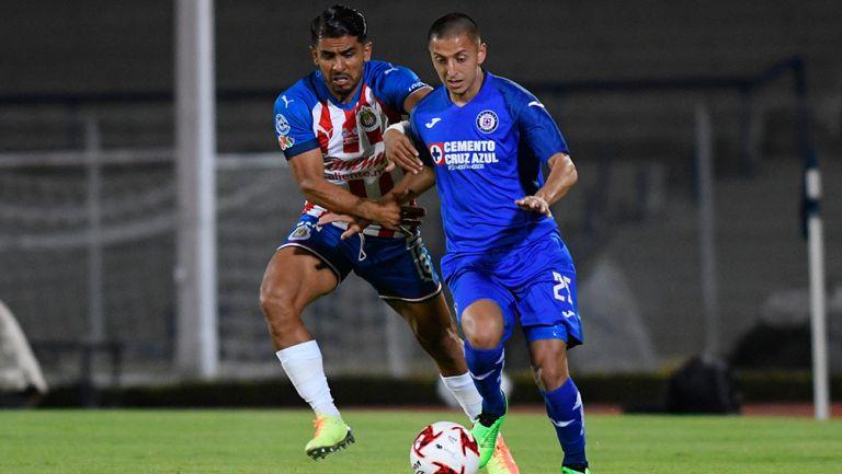 Alvarado conduce el balón ante el acoso rival