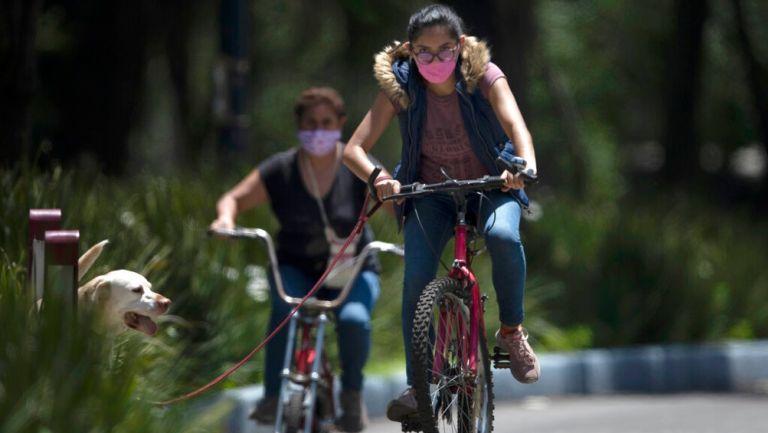 Mujer pasea en bicicleta en la CDMX