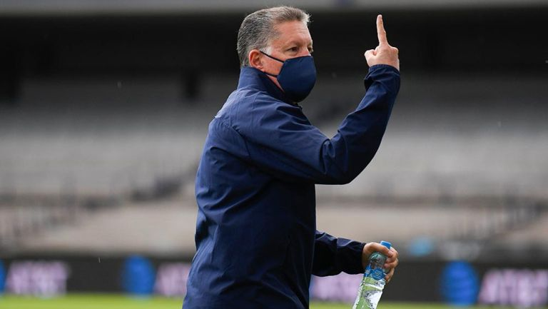 Chivas: Ricardo Peláez aclaró que no insultó al árbitro durante reclamo