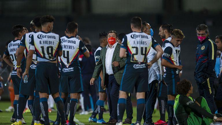Miguel Herrera le da instrucciones a su plantel en Copa por México