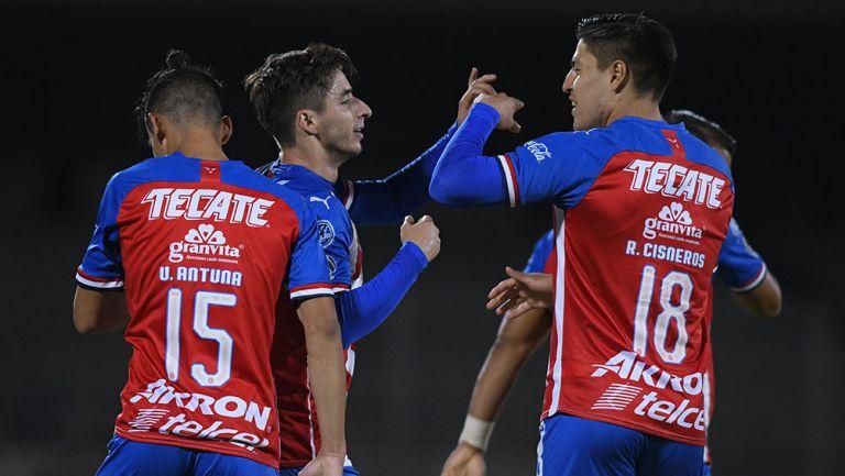 Jugadores de Chivas celebran un gol en Copa por México