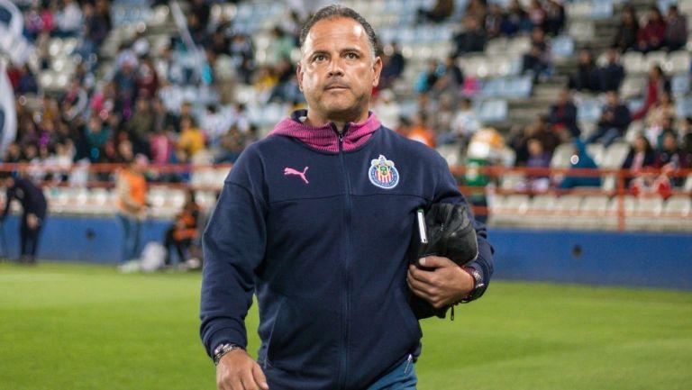 Ramón Villa durante un partido con Chivas Femenil