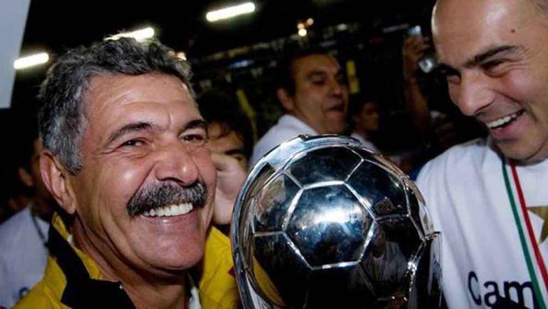 Tuca celebra un título con Pumas