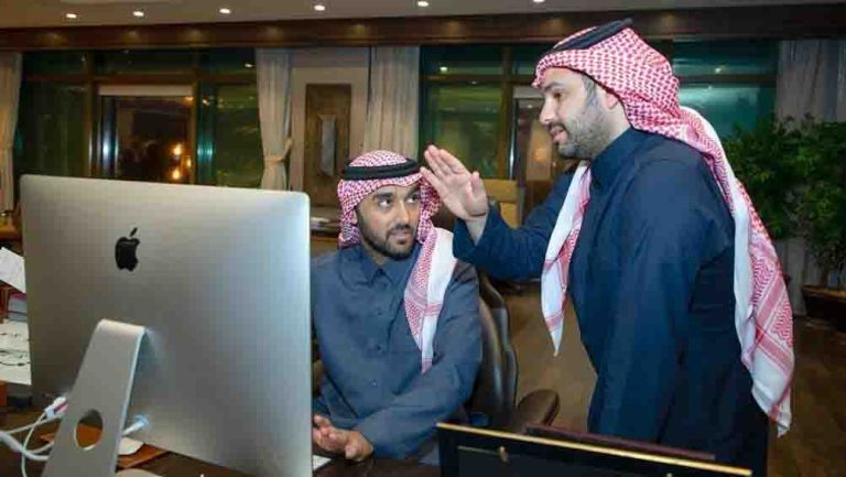 El Ministro de Deportes y el gerente ejecutivo de Mahd Sports Academy en una actividad