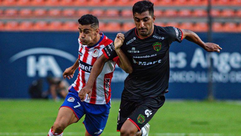 Pelea por el esférico en el Atlético de San Luis vs Juárez
