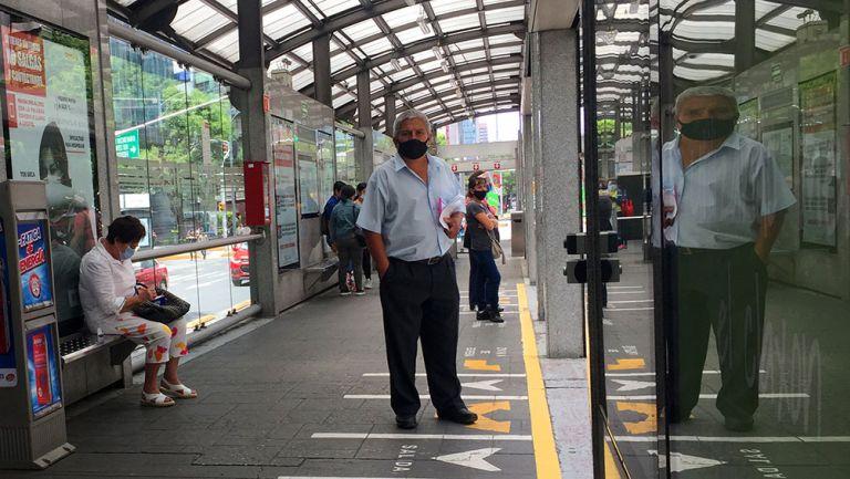 Usuarios de metrobús en la Ciudad de México