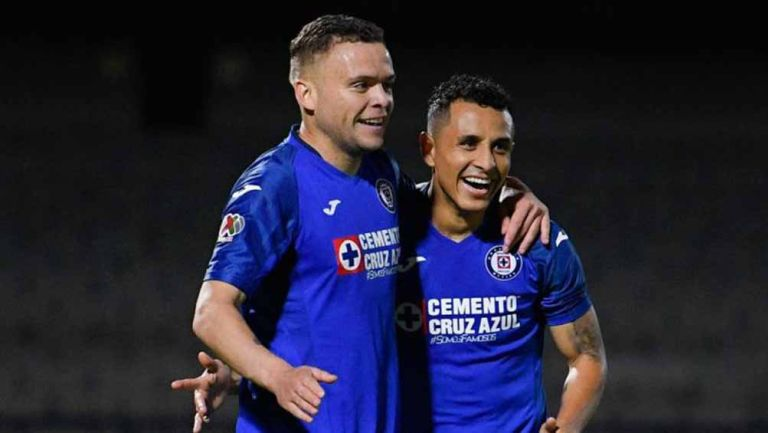 Cabecita Rodriguez y Yoshimar Yotún celebran un gol