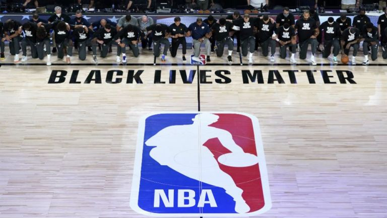 Jugadores de Utah Jazz y New Orleans Pelicans en protesta