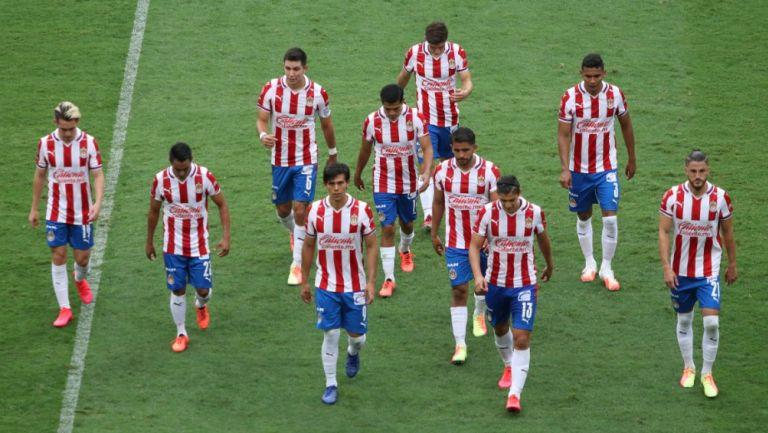 Jugadores de Chivas salen del campo de juego