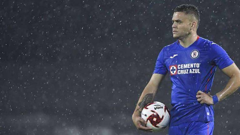 Jonathan Rodríguez en un partido con Cruz Azul