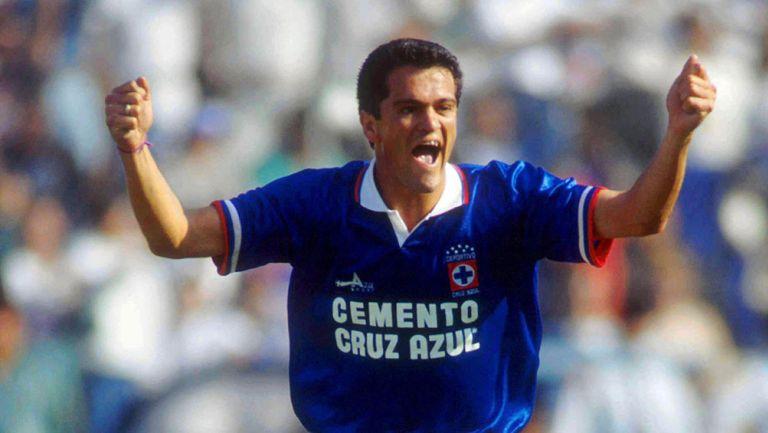 Carlos Hermosillo festeja un gol con Cruz Azul