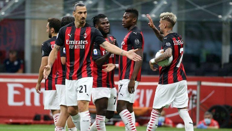 Jugadores del Milan celebran gol ante Cagliari
