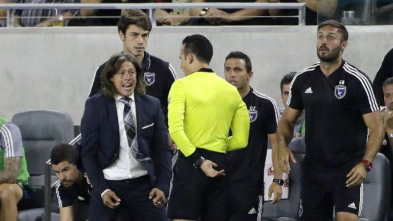 Matías Almeyda en reclamos con los árbitros