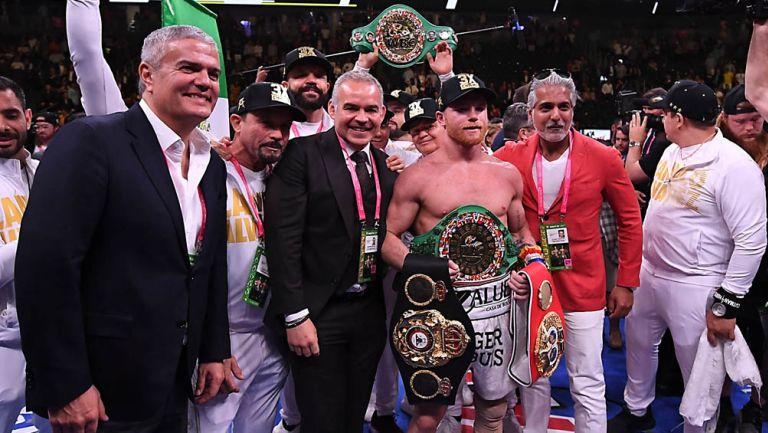 Canelo Álvarez posa con sus cuatro títulos del mundo