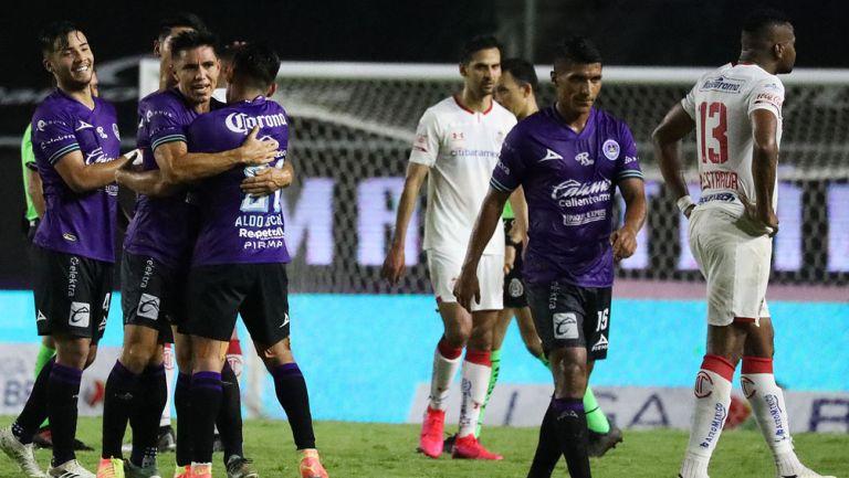 Jugadores de Mazatlán celebran la primera victoria en su historia