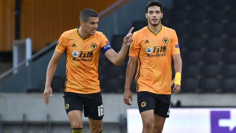 Jiménez y Coady platican en un juego del Wolverhampton