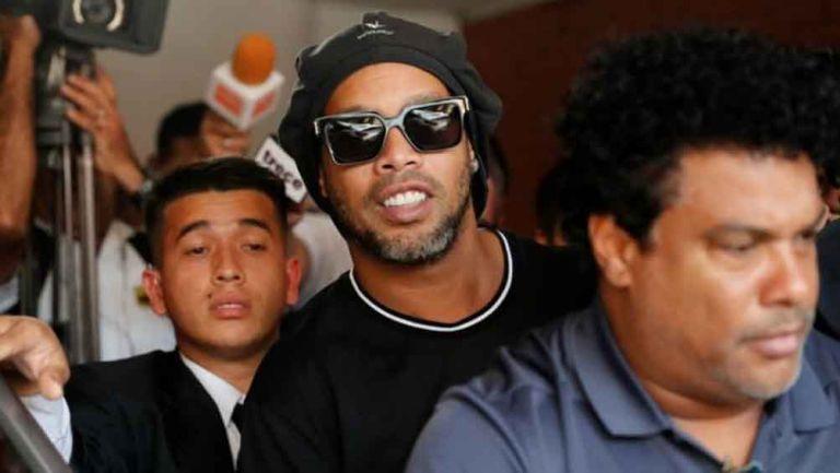 Ronaldinho saliendo de la cárcel