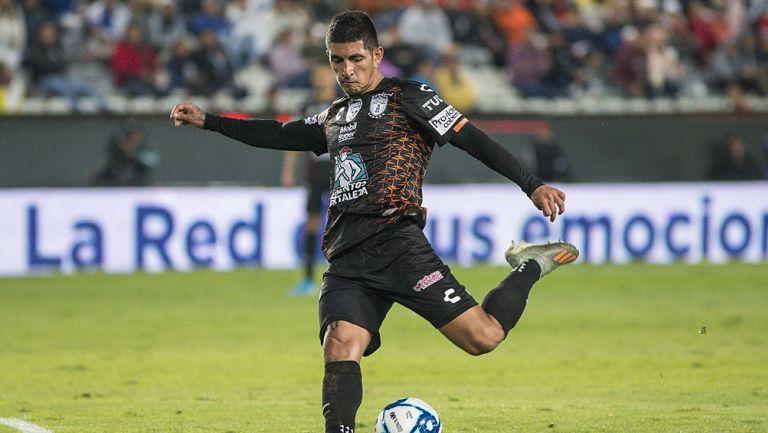 Víctor Guzmán en partido con Pachuca