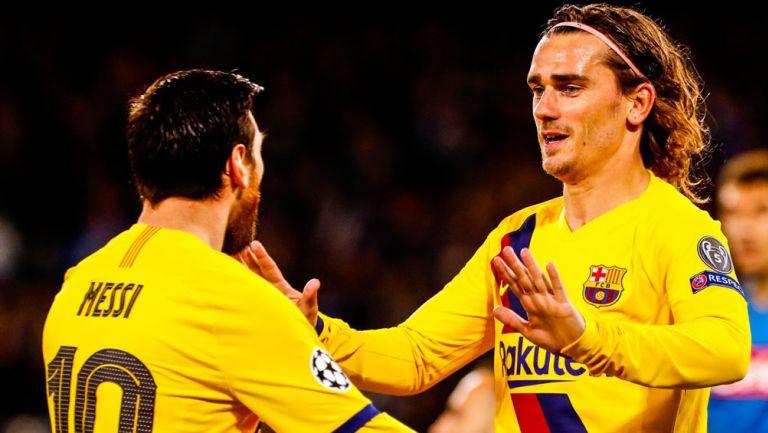 Antoine Griezmann festeja un tanto con Lionel Messi