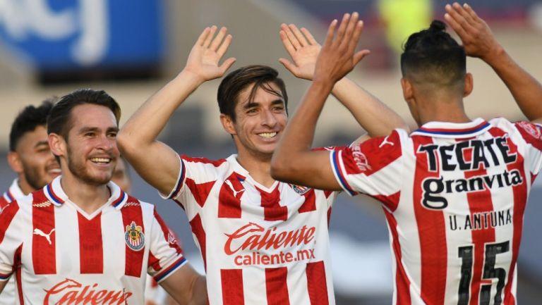 Jugadores de Chivas festejan un gol contra Juárez