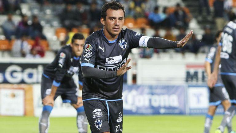 Luis Ernesto Pérez durante un duelo con Rayados en Liga MX