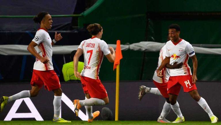 Jugadores del Leipzig celebran anotación de Tyler Adams