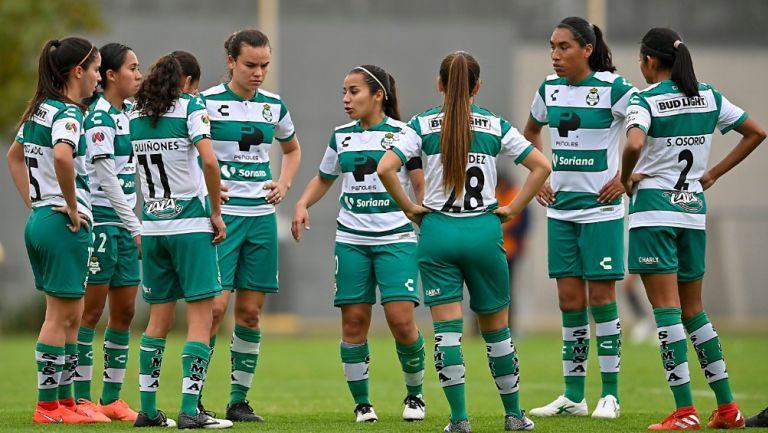 Jugadoras de Santos Femenil durante un partido
