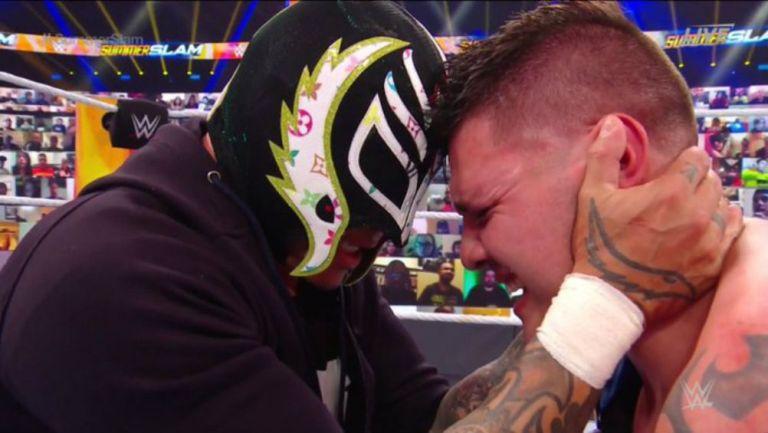 Rey Mysterio y su hijo Dominik en lamento