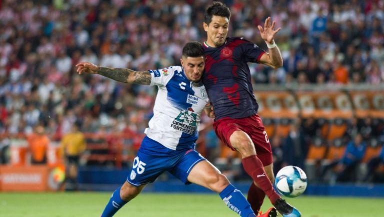Molina y Guzmán disputando un balón