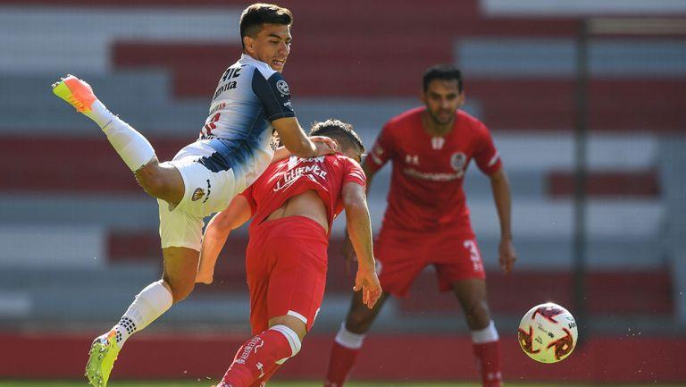 Beltrán pelea el balón en el duelo contra Toluca