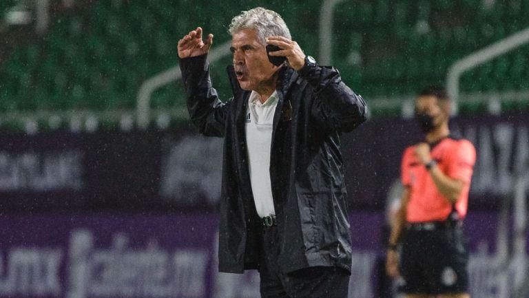 Tuca Ferretti da indicaciones durante el duelo ante Mazatlán