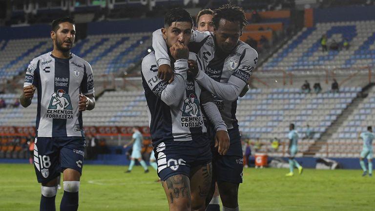 Jugadores de Pachuca festejan un gol