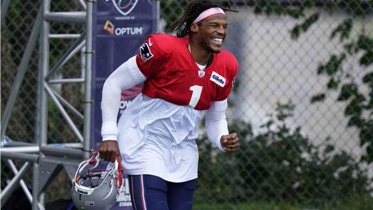 Cam Newton sonríe en una práctica de New England
