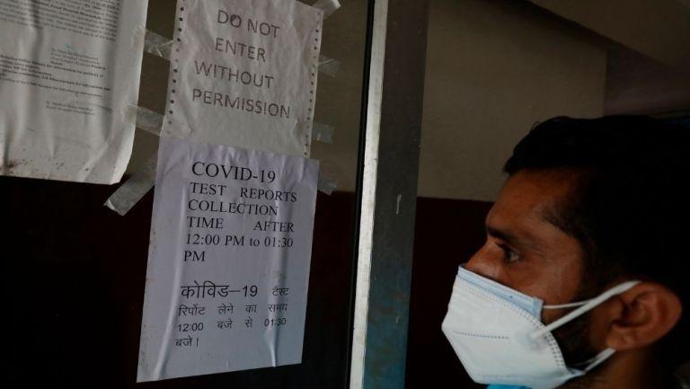 Paciente indio antes de un examen de covid-19