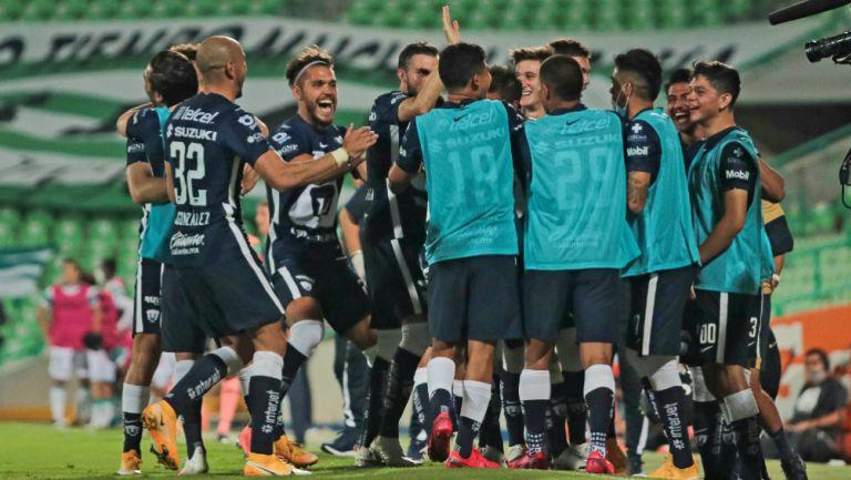 Pumas en celebración de gol