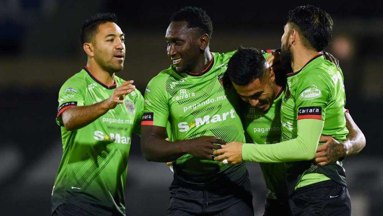 Jugadores de Bravos festejan el gol de Lezcano