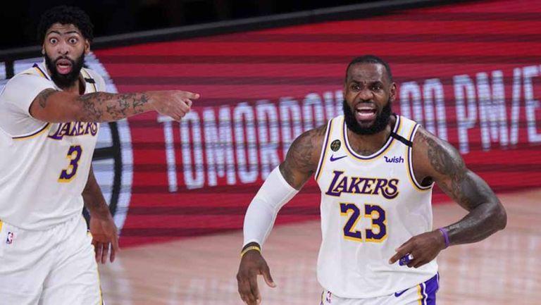 LeBron James y Davis en el juego contra los Rockets