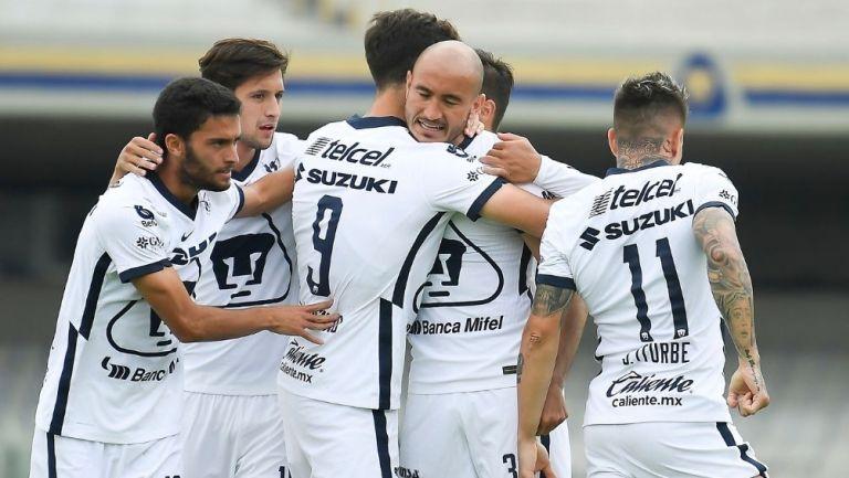 Jugadores de Pumas festejando un gol